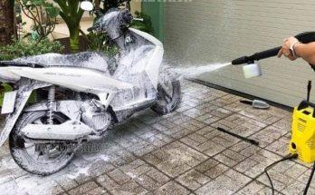 Sử dụng bình phun bọt tuyết của máy rửa xe giúp vệ sinh xe nhanh chóng và hiệu quả