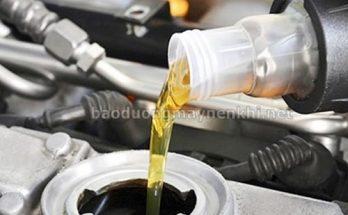 Đổ dầu mới từ từ vào khoang