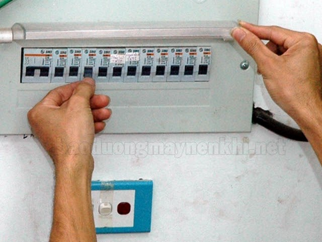 Ngắt áp-tô-mát trước khi đấu dây điện để đảm bảo an toàn